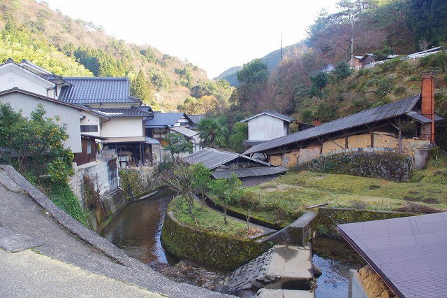 This is the village of Onta, Oita, Japan, where Onta Ware is made. A stream runs through the center of the village, and there are Onta Ware workshops, Japanese houses, and an ascending kiln.