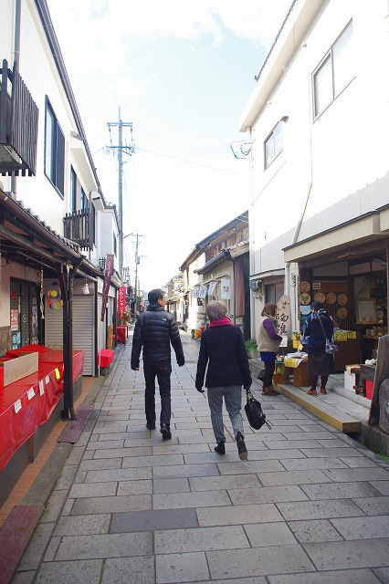 This is a narrow, stone-paved street in Mameda Town, Hita City, Oita Prefecture, Japan. Old houses with white walls line the street, making you feel as if you have slipped back in time to the past.