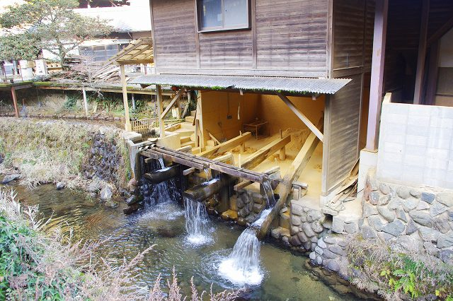 This is the village of Onta, Oita, Japan. A mortar using river water flow is crushing the soil. This mortar is called Karausu, and is a unique sight in Onta.