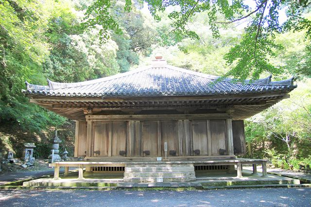 This is Fukiji Temple Odo, designated as a national treasure, located on the Kunisaki Peninsula in Oita, Japan. The pyramid-shaped roof of the Fukiji Temple Odo, called hogyo-zukuri, matches the surrounding trees.
