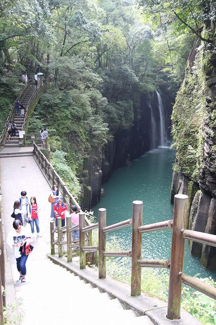 This is Manainotaki Falls, the highlight of Takachiho. The mysterious waterfall can be seen from the trail along the gorge.