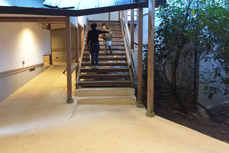 This is the corridor in a Japanese inn that is universally accessible. Instead of using the stairs, you can use the slope or elevator to move to the upper floors.