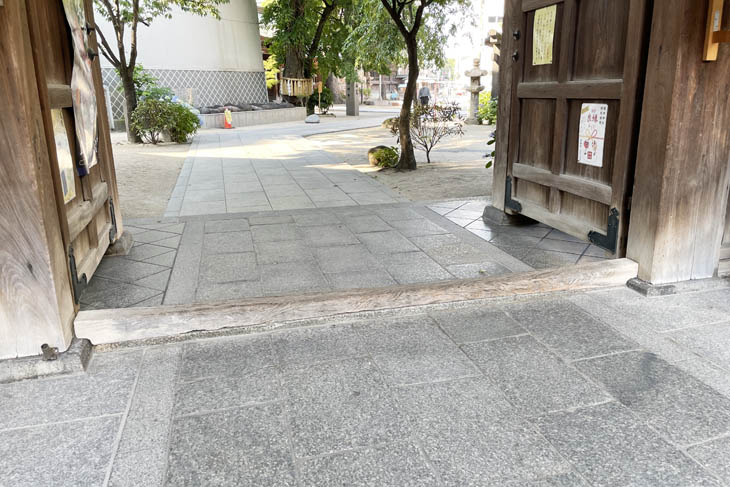 Shrines and temples in Japan have gate thresholds. Shrines and temples that are not equipped with barrier-free facilities make it difficult for wheelchairs to enter.