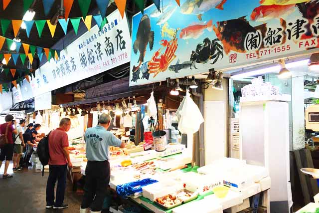 This is Yanagibashi Market in Fukuoka City, lined with fish shops selling fresh fish directly from the market. This image is also a link to the Food Tour Fukuoka page on the Fukuoka Walks website.