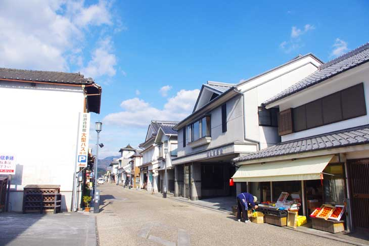 This is Mameda-uwamachi Street in Mameda Town, Hita City, Oita Prefecture, Japan. Old houses with white walls line the street, making you feel as if you have slipped back in time to the past.