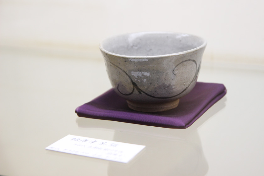 This is a picture of a tea bowl made of Karatsu ware, a type known as Egaratsu.