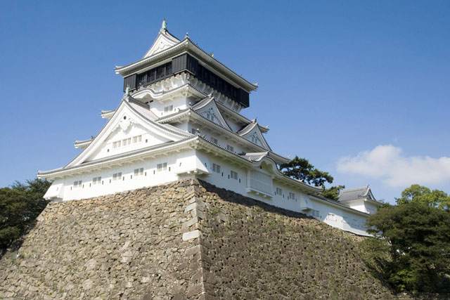 This is a picture of Kokura Castle with its high stonewalls and the white walls of the castle tower. This photo is also linked to the website of Kitakyushu Walks.