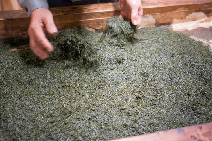 A photo of Yame tea being roasted in a unique way at Yabe Konomi-honke that is a green tea specialty wholesale store.